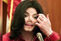 كان ظهور مايكل جاكسون في بدايته ببشرة سمراء ثم تحولت بشرته فجأة إلى بيضاء فقال البعض إنه قام بعمليات تجميل لكن جاكسون نفى ذلك وقال أنه مصاب بالبهاق