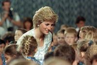 ظلت الأميرة ديانا شخصية مشهورة حتى بعد الطلاق بسبب الأعمال الخيرية التي كانت تقدمها