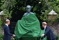 في ذكرى ميلادها الستين أزاح الأميران وليام وهاري الستار عن تمثال لوالدتهما الراحلة الأميرة ديانا  في قصر كينزنجتون بوسط لندن حيث بيتها السابق