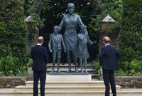 كان الشقيقان قد أمرا في عام 2017 بنحت التمثال احتفاء بإرث ديانا وحياتها
