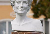 ويعد هذا التمثال الثاني للأميرة ديانا في لندن بعد إزاحة الستار عن تمثال لها في هايد بارك في عام 2004