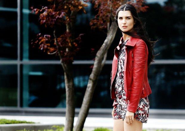 توبا بويوكستون ممثلة تركية تبلغ 39 عامًا، درست تصميم ملابس والمسرح في واحدة من الجامعات التركية