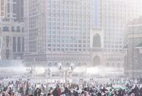 ويتم تزويدها بالمياه، لإطلاق رذاذ الماء البارد وتنتشر في ساحات المسجد الحرام يتم عملها أثناء المواسم على مدار 24 ساعة أوتوماتيكيا