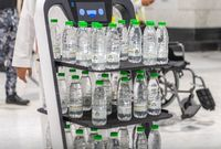 وتوفير العديد من السيارات لتوزيع وجبات الطعام وقوارير المياه على الحجاج