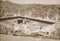 عبدالمهيمن بن محمد نور الدين أبو السمح ولد في محافظة الشرقية في مصر عام 1307هـ  وتوفى عام 1399هـ عينه الملك عبد العزيز في عام 1369هـ ليقوم بإمامة المصلين في المسجد الحرام، واستمر في منصبه حتى عام 1388هـ