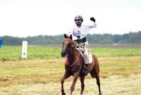 """عاشق للخيول، ويحرص على التواجد في سباقات الخيول العالمية منذ 52 عامًا، وأسفر حبه عن تأسيس فريقه الخاص لخوض المسابقات وهو """"جودلفين"""" كما أطلق كأس دبي العالمي ويعد أغلى سباق للخيل في العالم."""