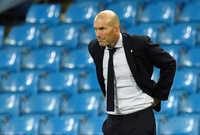 زين الدين زيدان، لاعب كرة القدم سابق ومدرب حالي، ولد عام 1972 في فرنسا وهو من أصول قبائلية جزائرية