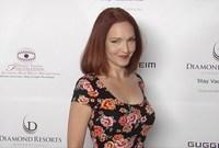 """ممثلة أمريكية ظهرت في عدة مسلسلات وأفلام، وحصلت على جائزة """"غولدن غلوب"""" وجائزة """"إيمي"""" وجائزة المسرح العالمي سنة 2001."""