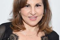 ممثلة ومخرجة وكاتبة وناشطة أمريكية شاركت في أكثر من 25 فيلماً منها  فيلم Pixar الحائز على جائزة الأوسكار، كما أدت بصوتها شخصية بيجي هيل في المسلسل (King Of The Hill) الذي فاز بجائزة إيمي.