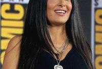 ممثلة ومنتجة وعارضة أزياء سابقًا،اُخْتِيرَتْ ضمن أجمل 50 شخصاً بالعالم في استفتاء مجلة People الأميركية، تم ترشيحها لجائزة الأوسكار عام 2002 عن فيلم (Frida ).