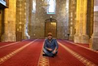 بعد عودته إلى السويد التقى مجموعة من الإخوة الذين ينشطون في المجتمع الإسلامي ليتحول إلى شخص مُلتزم ويقرر إنهاء علاقته بالغناء