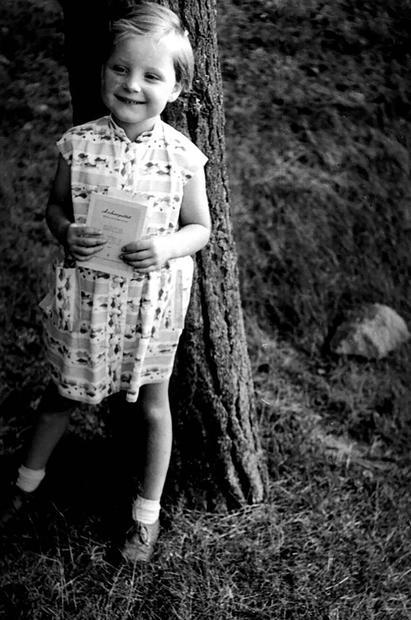 أنجيلا ميركل من مواليد 17 يوليو 1954 في بلدة هامبورج، بألمانيا الغربية من أصل بولندي وألماني