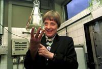 درست أنجيلا الفيزياء في جامعة ليبزيغ، وحصلت على شهادة الدكتوراه عام 1978، وعملت خبيرة في الكيمياء بالمعهد المركزي للكيمياء الفيزيائية