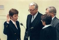 دخلت ميركل السياسة في أعقاب ثورات 1989 وخدمت لفترة وجيزة كنائبة للمتحدث باسم أول حكومة منتخبة ديمقراطيا في ألمانيا الشرقية