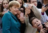 واجهت ميركل معارضة كبيرة وتراجعت شعبيتها بسبب أنها فتحت حدود بلادها لجميع اللاجئين الهاربين من الحروب حيث دخل أكثر من مليون لاجئ ومهاجر إلى ألمانيا