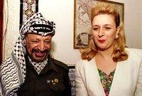 """رغم معاضة والديها في البداية للزواج حيث قالوا لها زواجك من ياسر عرفات يشبه بـ """"كأنك تحطي دمك على كفك"""" إلا ان سهى تمسكت بالزواج منه"""
