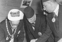 في سنة 1949 خلال محادثات الهدنة بين إسرائيل والأردن، تم الاتفاق على خط هدنة بين الحكومتين، بعدها بعام اجتمعت وفود فلسطينية من الضفة الغربية بالوحدة مع الأردن الأمر الذي حدث بالفعل