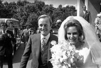 تزوجت كاميلا مرتين الأولي من أندرو باركر بولز في عام 1973 ،والذي يعمل ضَابِطًا في الجيش البريطاني، وأنجبت منه طفلين توم ولورا، وانفصلا عام 1995