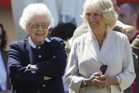 ويبدو أن ملكة بريطانيا لم تكن راضية في البداية عن العلاقة الرومانسية التي جمعت بين كاميلا وتشارلز، فخلال مرحلة ما قامت بمنع كاميلا من دخول القصور الملكية