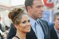 عام 2002 وأعلنت خطوبتها من الممثل بن أفليك وفي عام 2004 انفصل الثنائي قبل الزواج رغم قصة الحب الشهيرة بينهما