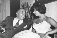 عام 1950 تعرفت صوفيا على المنتج كارل بونتي وتزوجا رسميًا ومدنيًا في 1966، وأنجبت منه ابنان، قللت بعدها من عملها الفني نتيجة تحملها مسؤوليتها كأم