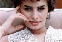 في استطلاع رأي شارك فيه 170 من خبراء الجمال حول العالم، قامت به وكالة أنباء إيطالية، تم اختيارها كأجمل امرأة في تاريخ إيطاليا