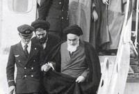 """بعد نجاح الثورة قرر الخميني فرض نظرية """"ولاية الفقيه"""" في الدستور الإيراني، والتي ما تزال تحكم إيران حتى الآن، وتنسب له عدد من الفتاوى المثيرة للجدل، كما أن سياساته أدخلت طهران في عداء مع من حولها"""