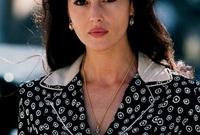 اكتشفها المخرج الأمريكي الإيطالي فرانسيس دي كوبولا حيث رأى جمالها يصلح للمشاركة في السينما، فأسند إليها دورًا عام 1992 في فيلم Bram Stoker's Dracula لتنطلق بعدها في رحلتها الفنية