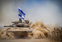 كما يمتلك قوة مدرعات قوية للغاية حيث يقوم بتصنيع دبابة الميركافا أحد آقوى دبابات العالم بجانب اعتماده على الدبابات الأمريكية