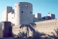من أبرز معالمها الأثرية قلاع أبو خيال وشمسان والدقل التاريخية