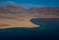 تمتلك نيوم تضاريس مدهشة فهي تتضمن شواطئ خلابة، تمتد على عشرات الكيلومترات سواء على ساحلي البحر الأحمر أو خليج العقبة