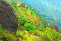 من أبرز معالمها جبل ريمان الذي يتميز بالغطاء النباتي الذي يتواجد على سطحه ما يعطيه منظرًا جماليًا من نوع خاص وهو يرتفع عن سطح البحر 1800 متر