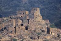 كما تتميز المدينة بالقرى التراثية والآثار والبيوت القديمة التي تعود لعدة قرون والتي تم بناءها بالصخور الجبلية