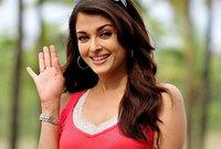 أول مشاركة لها في السينما كانت في عام 1997 في فيلم «إيريفار»، وتعرضت وقتها للانتقادات بسبب عدم إجادتها للغة «التاميلية»