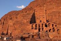 مدينة أسطورية محفورة في الصخر الأحمر وسط الصحراء