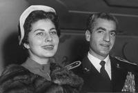 قرر الشاه الزواج من امرأة أخرى لتنجب له وريثًا للعرش لكنه أراد أن تظل الإمبراطورة ثريا على ذمته     