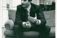 ولد عام 1960 بطهران وكان خارج إيران أثناء إندلاع الثورة الإيرانية وعاش في أمريكا بعد الإطاحة بوالده