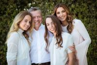 الملك عبد الله والملكة رانيا مع بناتهم الأميرات إيمان وسلمى