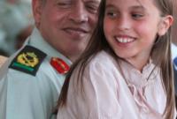 الملك عبدالله مع الأميرة سلمى عام 2010 خلال احتفال بمناسبة أعياد الاستقلال والجلوس الملكي وذكرى الثورة العربية الكبرى ويوم الجيش