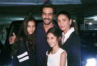 صورة تجمعه بعائلته