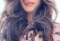 تمتلك بريانكا أيضًا موهبة في الغناء بجانب التمثيل، وتغني باللغتين الهندية والإنجليزية