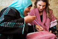 هناك عدة جوائز باسمها مثلا جائزة الملكة رانيا العبد الله للمعلم المتميز وجائزة الملكة للمدير المتميز