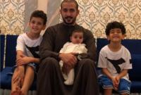 صورة تجمعه بأولاده