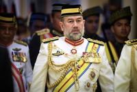 تنازل عن العرش بشكل مفاجئ في 6 يناير 2019 دون إبداء أسباب